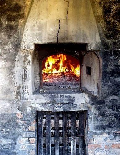 Il tardo pomeriggio di giovedì 15, giorno di Ferragosto, offriremo ai graditi ospiti pizza cotta nel forno a legna annesso al Casale. Quello che i modernisti chiamano, con orrendo neologismo, apericena, ma la pizza avrà un sapore antico che farà giustizia di ogni modernismo.